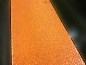 工場の電気配管踏み台滑り止め塗装