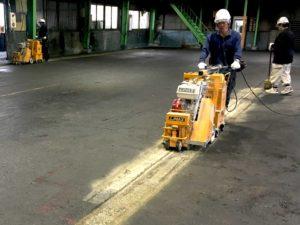 工場の床面ハツリ作業中