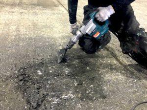 工場の床塗装ハツリ手作業