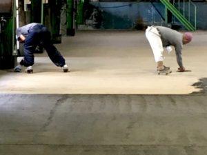 工場床の樹脂モルタル施工中
