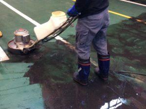 工場床面の清掃作業中
