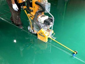 工場床面の目地カッター作業